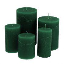 Gekleurde kaarsen donkergroen van verschillende grootte