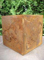 Barok kubus gemaakt van roestig metaal, 36 cm x 36 cm