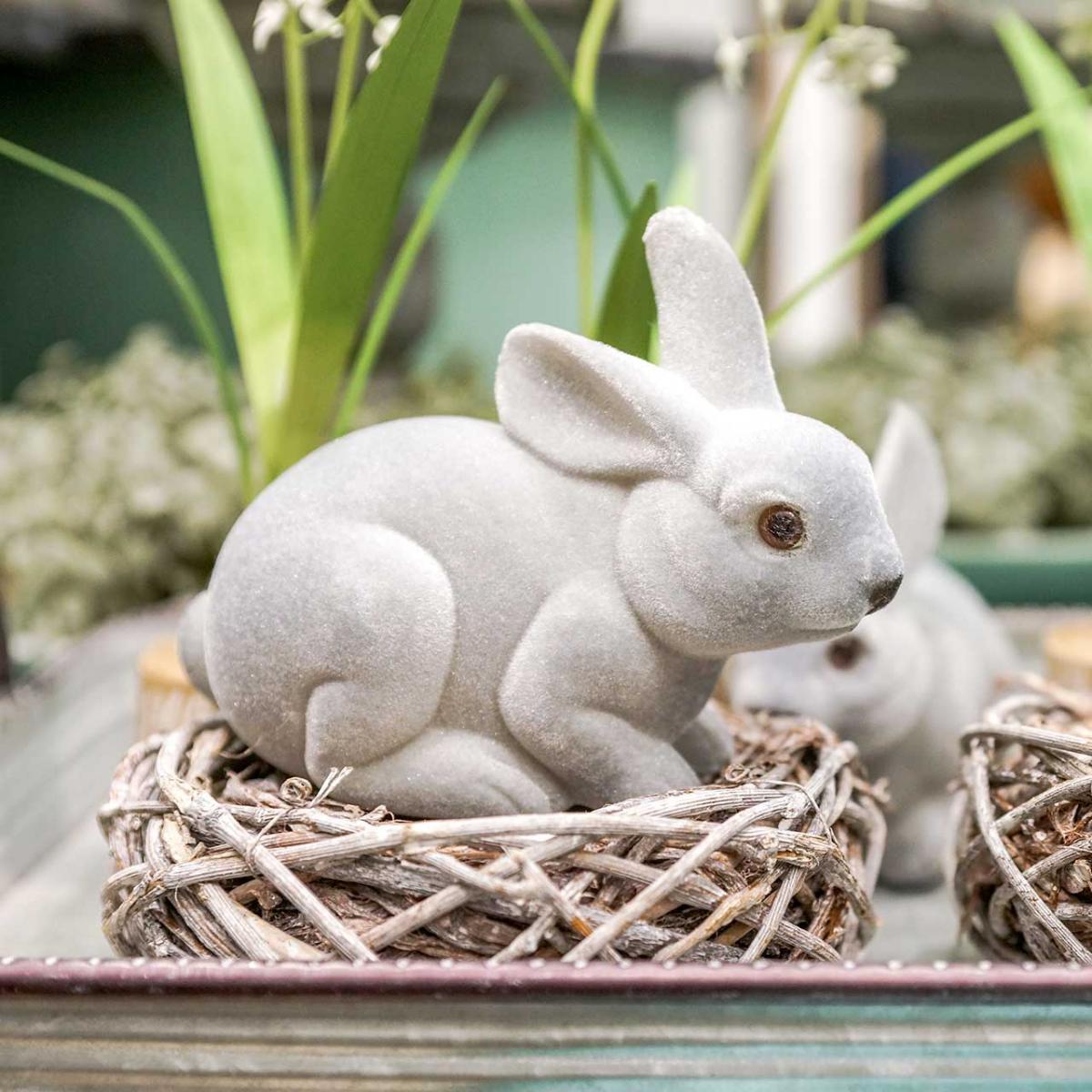 Decoratief figuur konijn grijs, lentedecoratie, paashaas zittend gevlokt 3st